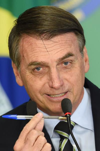 ブラジル大統領、銃規制を緩和 市民の銃購入容易に