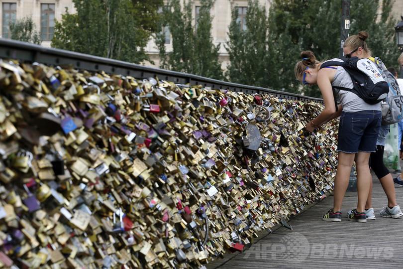 「愛の錠」で有名なパリの橋、重みで一部崩壊 通行禁止に