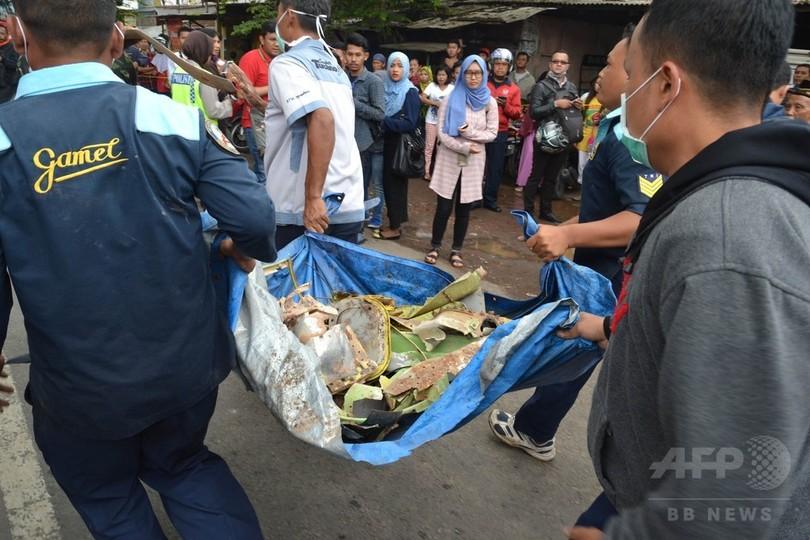 空軍機が民家に墜落、民間人含む3人死亡 インドネシア