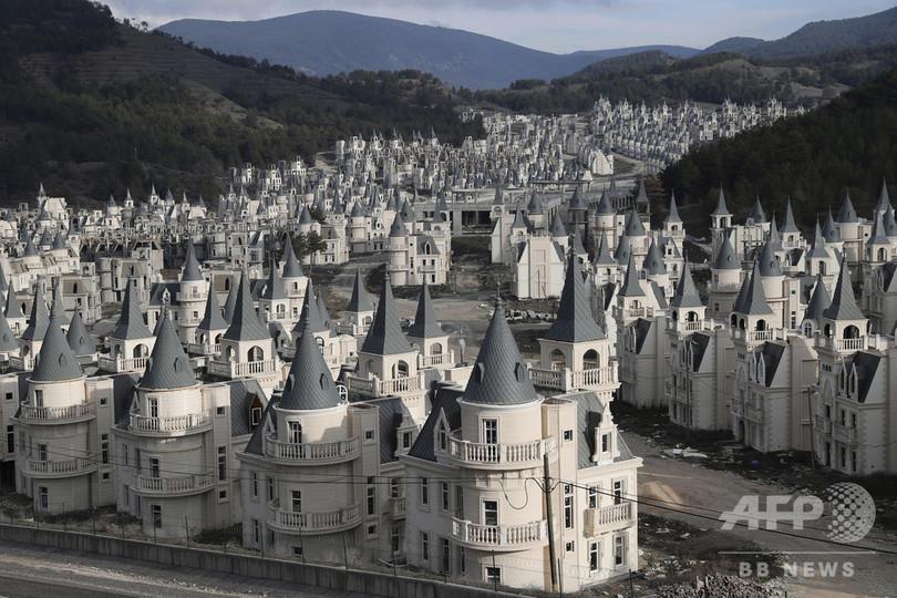 「古城」立ち並ぶ別荘地になるはずが…景気後退で廃虚化、トルコ
