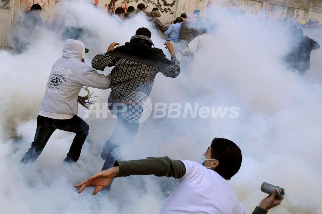 エジプト暫定内閣が総辞職の意向、デモ隊と警官隊の衝突は3日目に