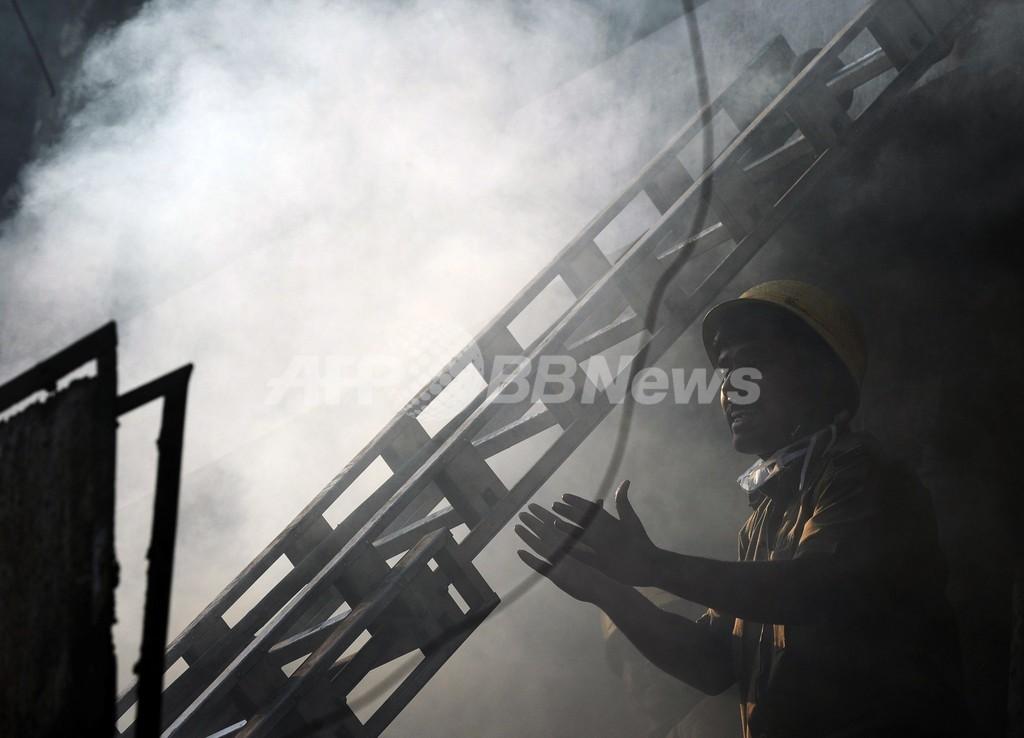違法営業店の雑居ビルで火災、19人死亡 インド・コルカタ
