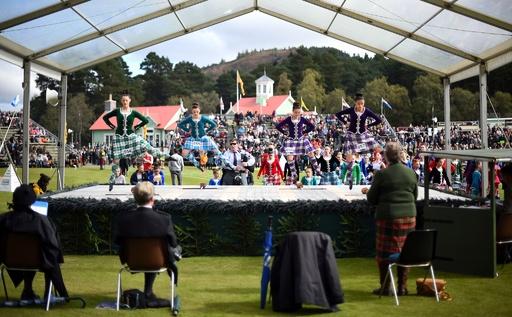 ダンスに丸太投げ、スコットランドで伝統の競技会 女王も観覧