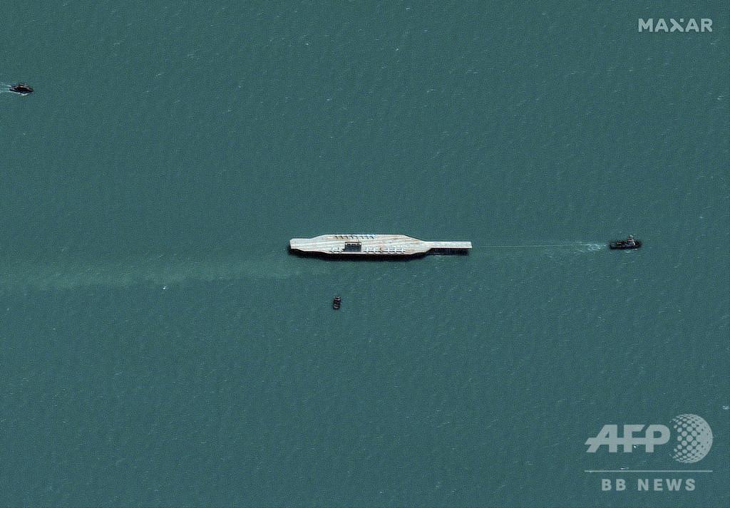 イラン、ペルシャ湾で軍事演習 米空母の実物大模型を攻撃