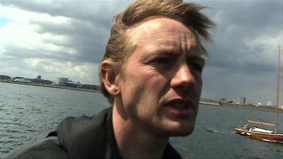 動画:デンマーク沖女性遺体切断事件、潜水艇に乗船する被告の映像