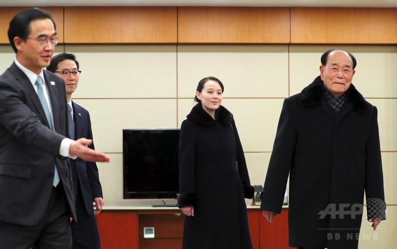 北朝鮮の「国家元首」、韓国大統領と会見 握手交わす