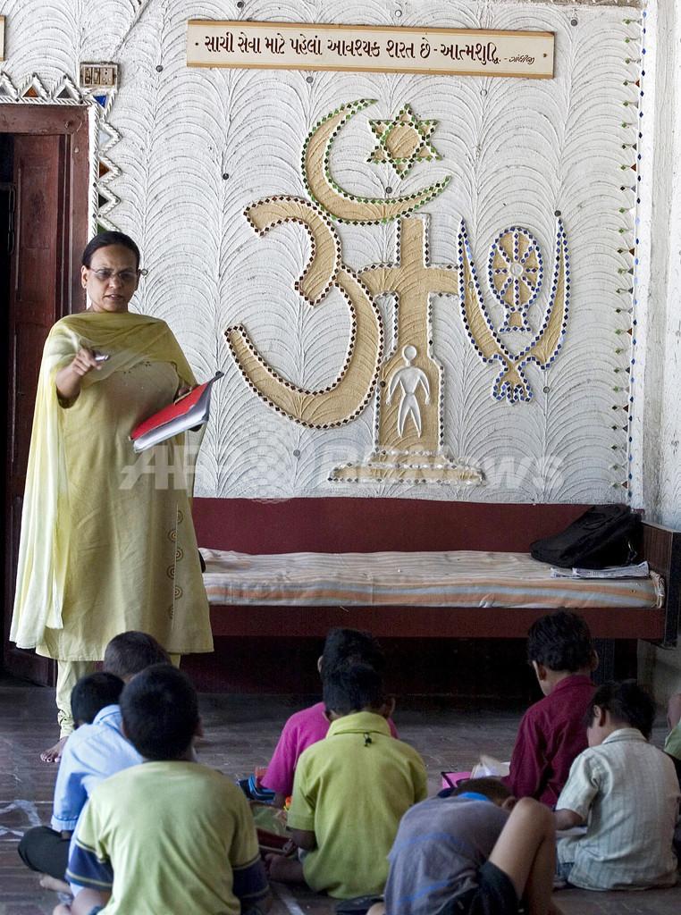 「国連識字デー」インドの寺子屋で学ぶ子どもたち