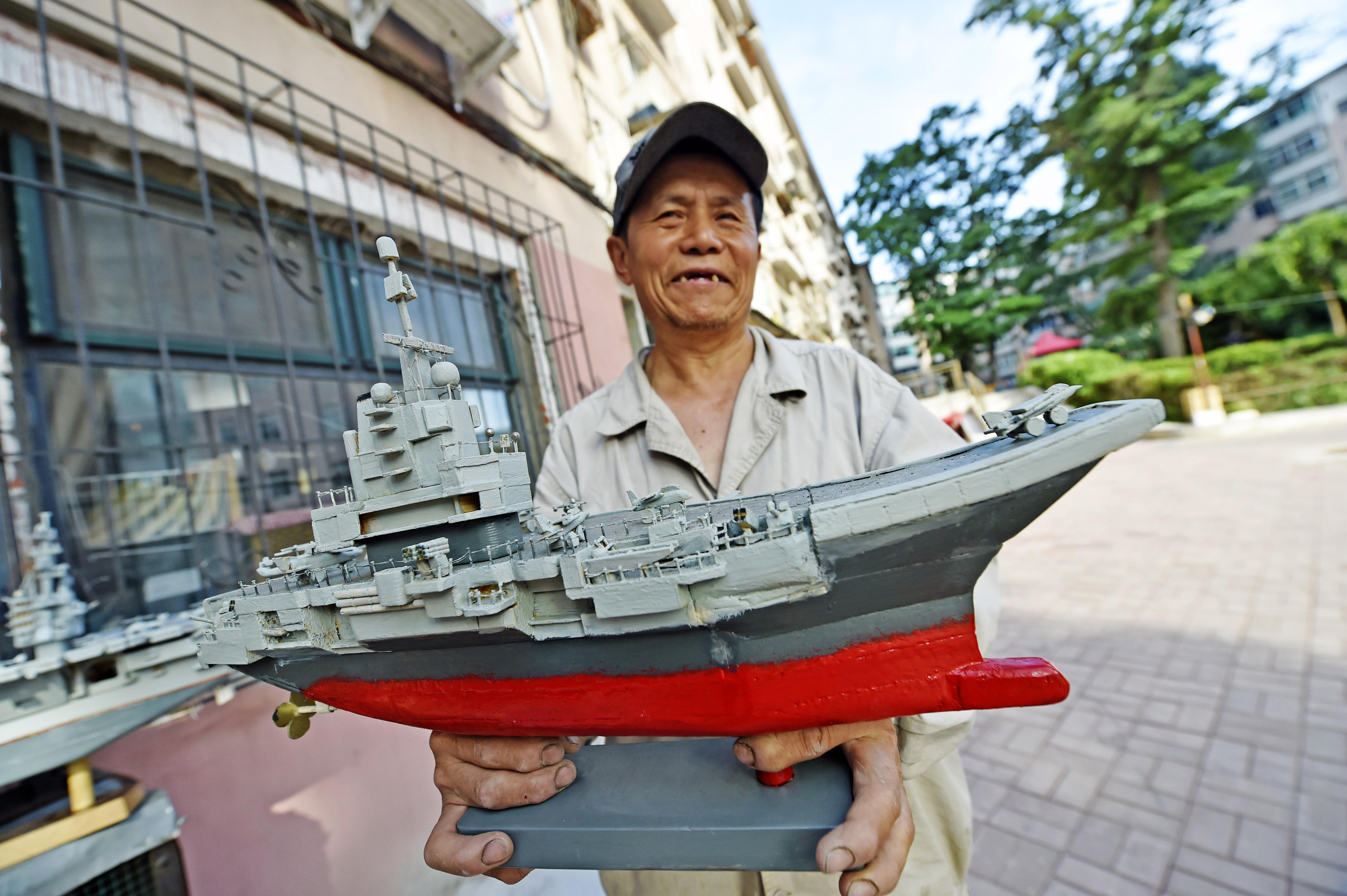 木工職人が空母の模型を制作 遼寧省本渓市