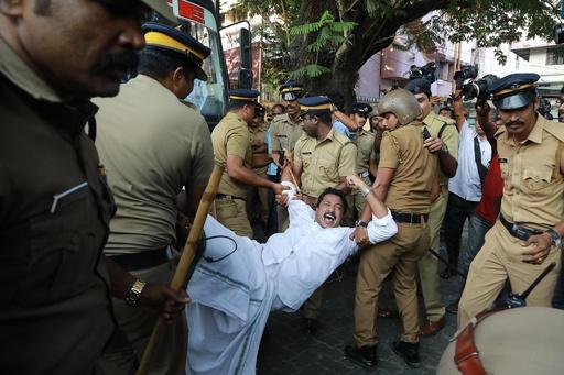 インドのヒンズー教寺院に女性立ち入り、暴動発生で1人死亡