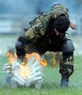 燃える瓦も粉砕! ベラルーシ「空挺部隊の日」
