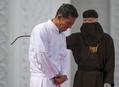 公開むち打ち刑、酒類販売したキリスト教徒に執行 インドネシア