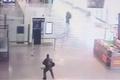 仏パリ空港襲撃、事件発生の瞬間を捉えた防犯カメラ映像公開