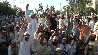 動画:死刑覆された女性の解放にイスラム強硬派が抗議デモ パキスタン