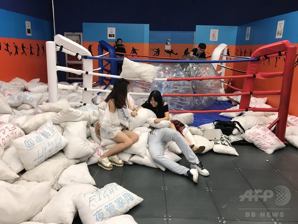 都会のオアシス?「ストレス発散展」 上海の百貨店