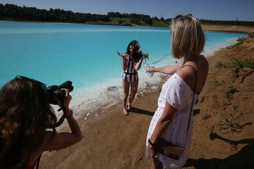 地元の「モルディブ」、人気のインスタ映え湖 青緑色の正体は発電所廃棄物