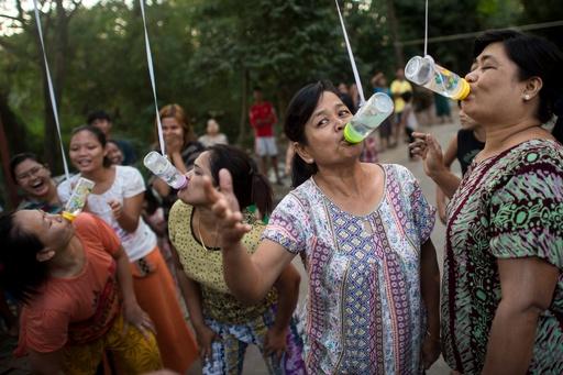 ミャンマーで独立記念日祝う運動会、哺乳瓶吸い競争や棒渡りなど