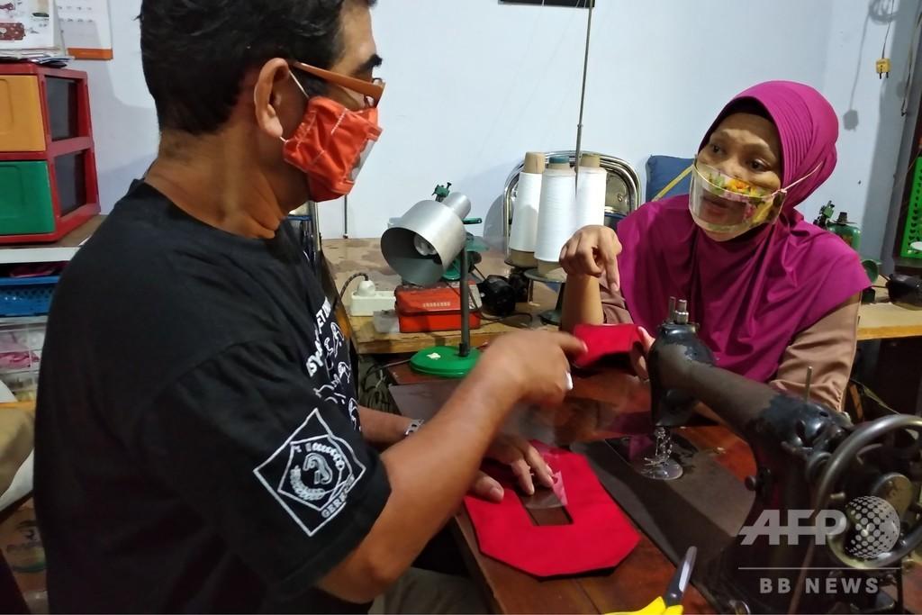 聴覚障害の夫婦、口元が見える透明マスク開発 インドネシア
