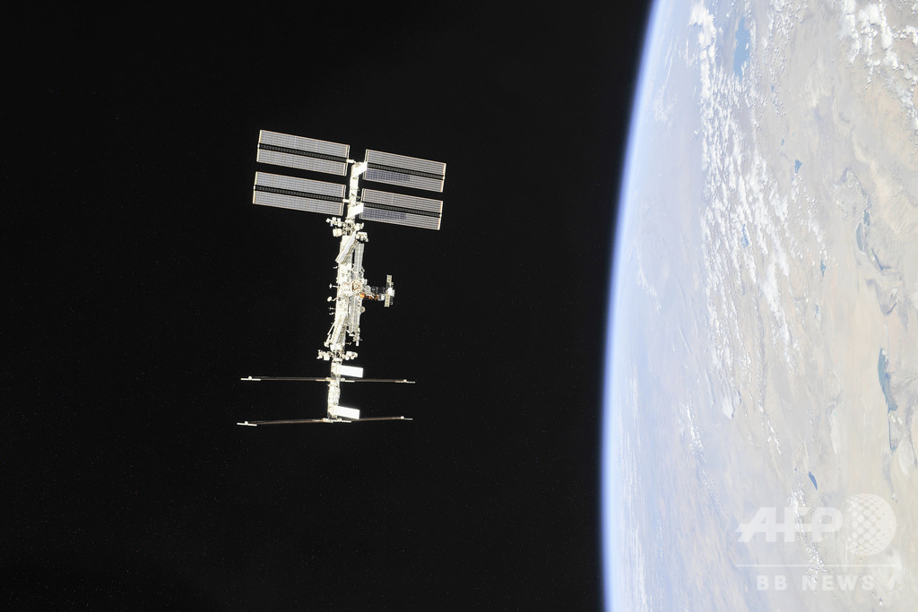 宇宙船ソユーズ船体の謎の穴、船外活動でサンプル採取 宇宙で意図的に開けた?