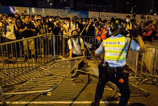 「逃亡犯条例」改正に反対、香港で中国返還後最大規模のデモ  警察と衝突も