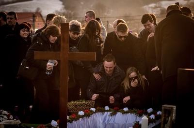 殺害された記者を埋葬、容疑者7人は釈放 スロバキア
