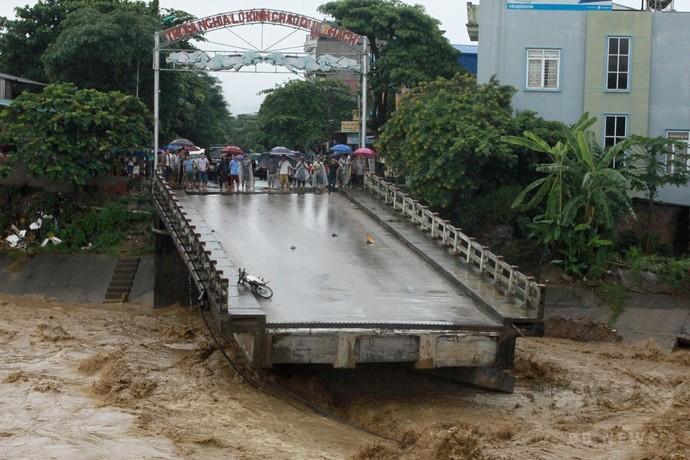 豪雨で洪水や土砂崩れ発生、37人死亡 40人行方不明 ベトナム