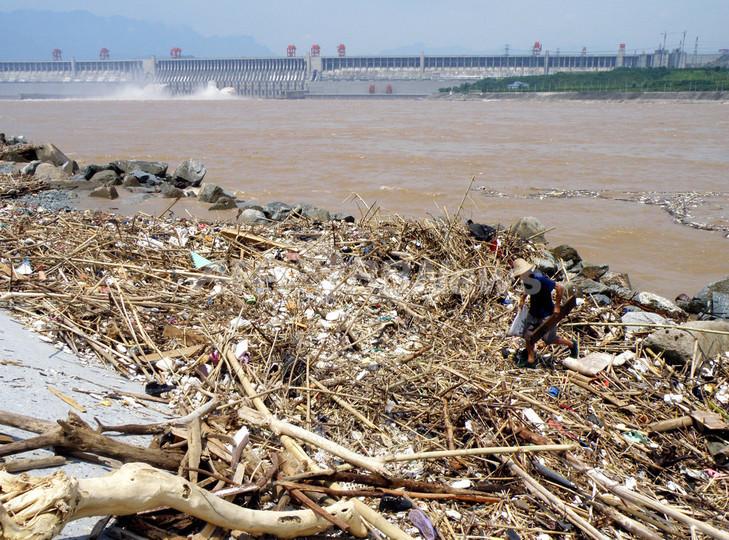 中国・長江に大量のゴミ、川の上を歩けるところも