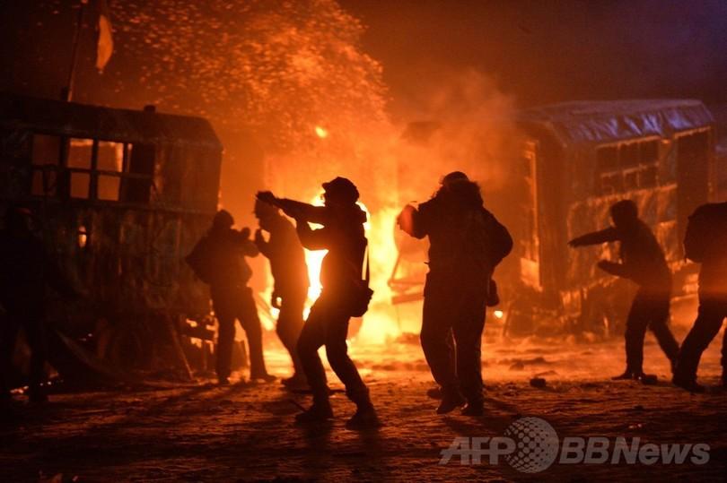 ウクライナで反デモ法施行、首都は「戦場の様相」