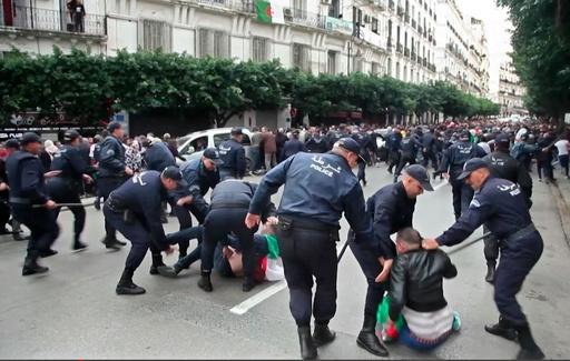 アルジェリア大統領選、デモで混乱 投票所襲撃も