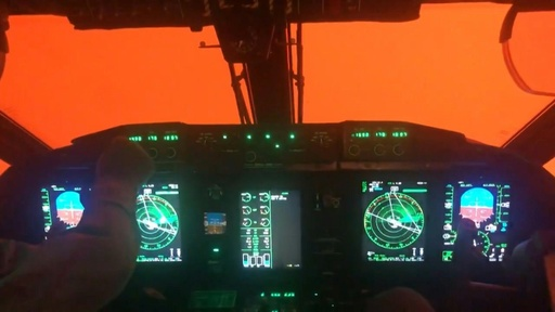 動画:豪森林火災、煙霧で真っ赤に染まる空 軍用機コックピットからの映像