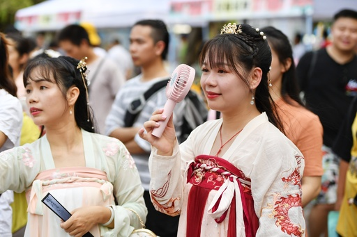 漢民族の伝統衣装「漢服」 中国の若者の間でブームに