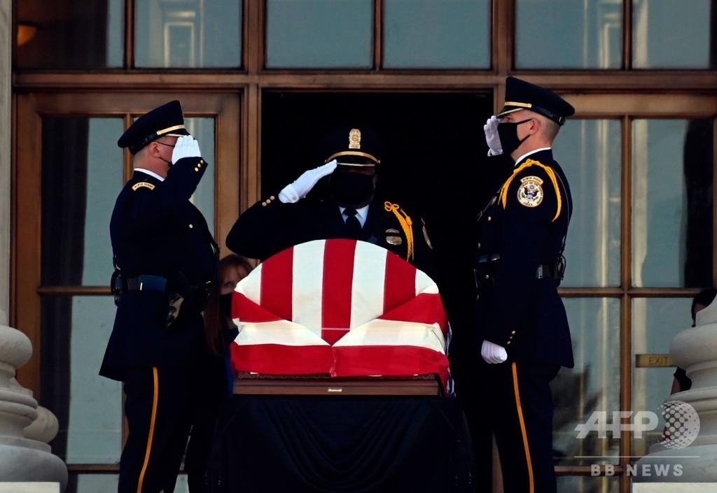 故ギンズバーグ判事、米最高裁で安置 多数が追悼に訪れる