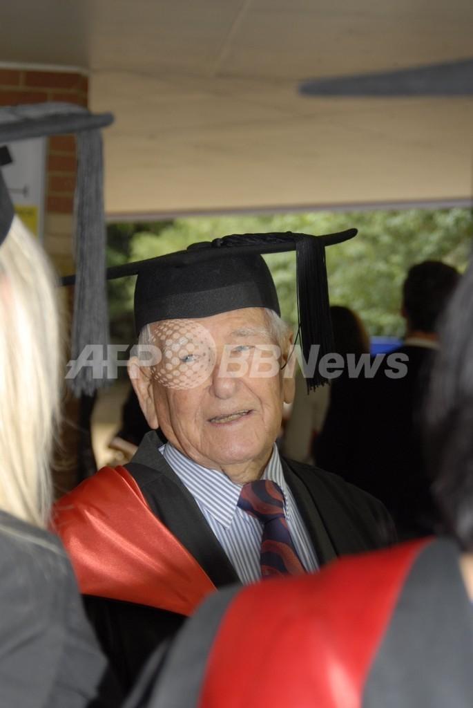 豪97歳男性が修士号、史上最高齢か 「頭を活発にしておくのが好き」