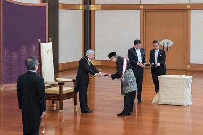 来日中のマハティール首相 桐花大綬章を受章 安倍首相とも会談