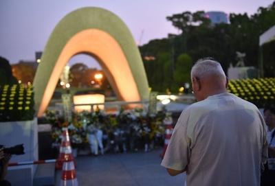 原爆投下から70年、平和記念公園で祈り