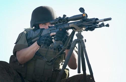 アサルトライフルを持つ警官、米警察の過剰な軍事化