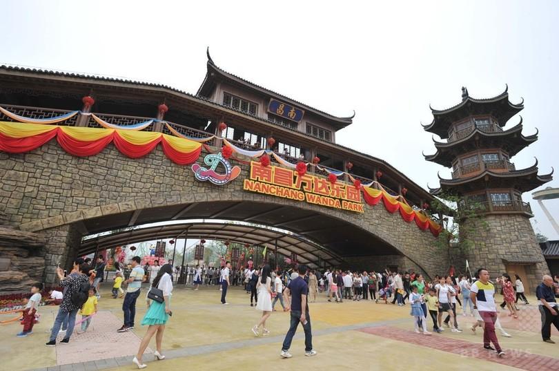 中国一の富豪、初の大型観光施設開業でディズニーに「宣戦布告」