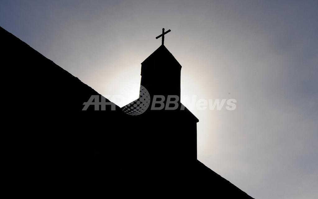 芸術?冒涜?村の教会で撮影したセミヌード写真に怒りの声