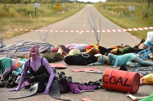 【今日の1枚】「海の生き物」たちが路上で抗議