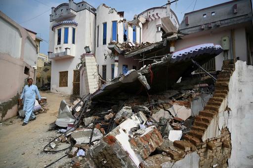パキスタン地震、死者38人に 懸命の捜索活動続く