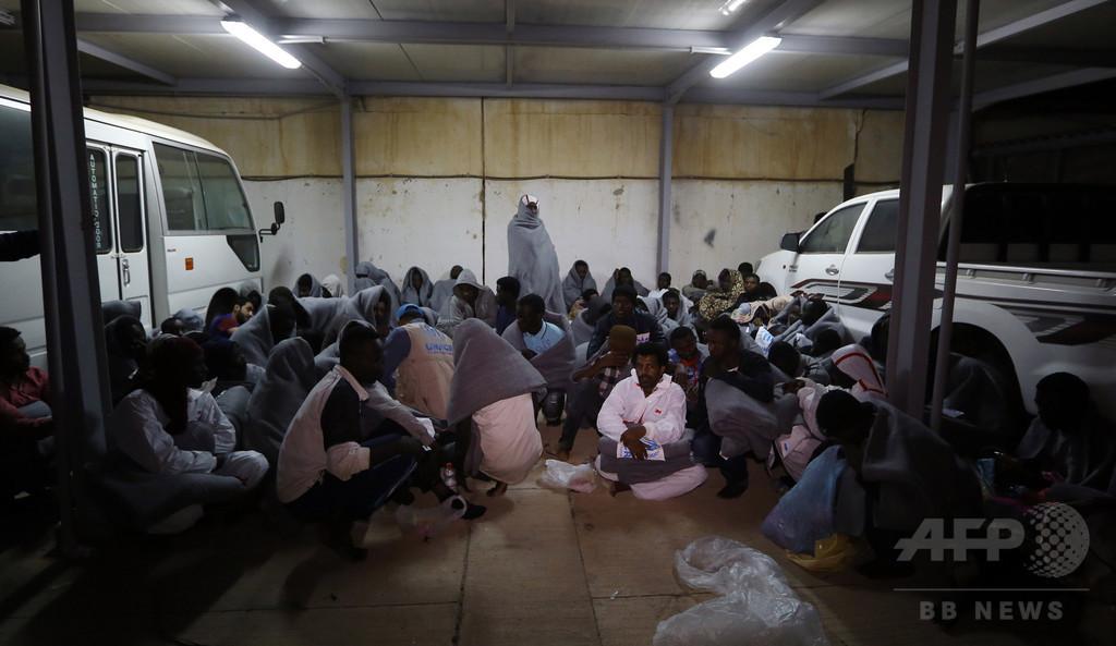 トラック内に移民約100人閉じ込め、子ども含む8人窒息死 リビア