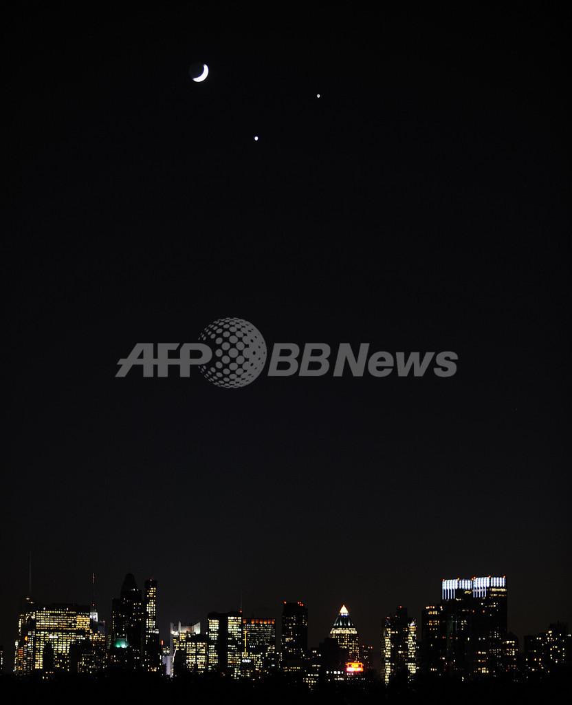 世界の冬の夜空で月、金星、木星が天体ショー