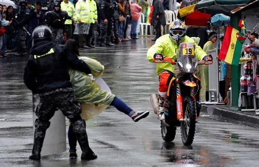 ダカール第6ステージでデモ隊が抗議行動、ボリビア政府への不満が噴出