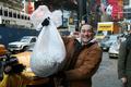NYタイムズスクエアで米国式の年忘れ、「悪い思い出はシュレッダーで粉々に」