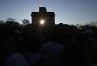 春分の日 マヤ文明の神殿に昇る太陽 メキシコ