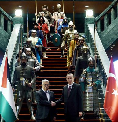 大統領のお気に入り?甲冑姿の儀仗兵が物議かもす トルコ