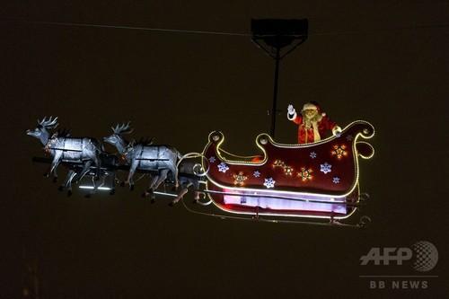 サンタが空からご挨拶!パリのシャンゼリゼ通り