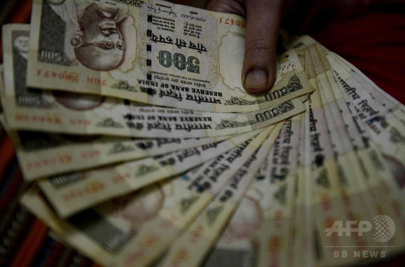 インドで「たんす預金」の女性自殺 高額紙幣廃止で混乱広がる