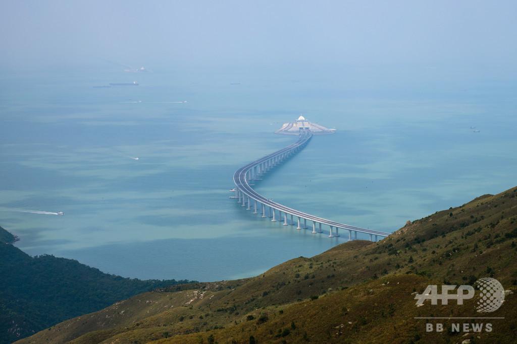 中国本土と香港結ぶ世界最長の海上橋、来週開通式へ 批判の声も