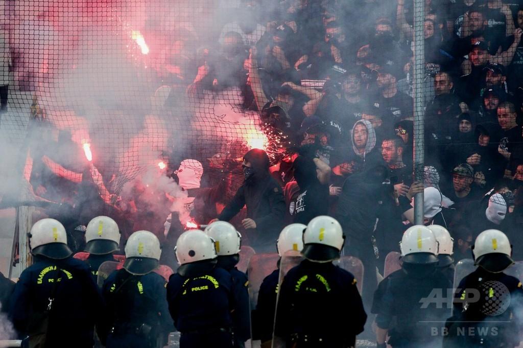 大荒れのギリシャサッカー界、カップ戦決勝でもファンが暴力行為