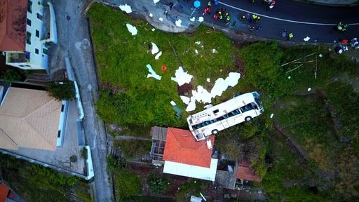 動画:ポルトガルで観光バス事故、ドイツ人29人犠牲に 現場の映像